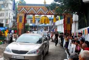 His Holiness car enters Tsuk La Khang gate
