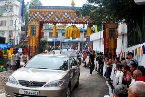His Holiness car enters Tsuk La Khang gate